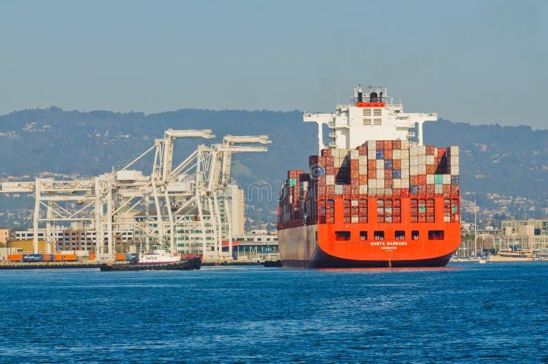 Download Puerto Que Entra De Portacontenedores Foto de archivo editorial - Imagen de ingeniería, puerto: 100527343