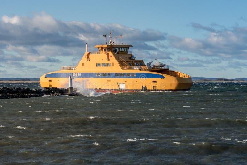 Puerto que entra del transbordador en clima tempestuoso foto de archivo libre de regalías