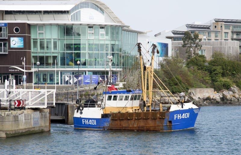 Puerto que se va en curso del barco rastreador de la pesca fotos de archivo libres de regalías