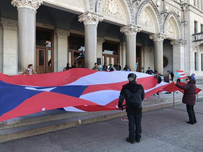 Puerto Rico People y partidarios recolectados para aumentar la demanda para más ayuda en el edificio de la Capital del Estado de  fotos de archivo