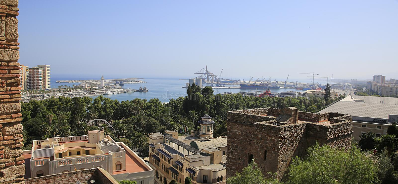 Puerto a través de los tejados de la ciudad, España de Málaga foto de archivo libre de regalías