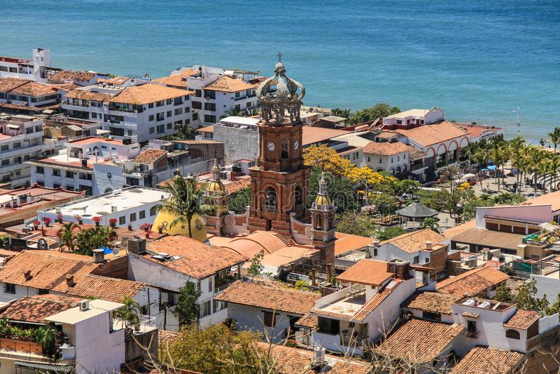 Puerto Vallarta och Nuestraen Señora de Guadalupe kyrktar från kullarna över, Puerto Vallarta, Jalisco, Mexico royaltyfri bild