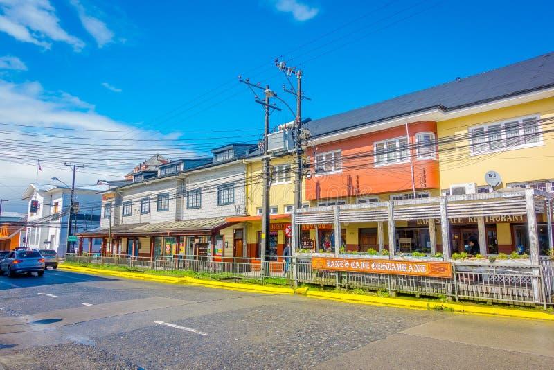 PUERTO VARAS,智利, 2018年9月, 23日:五颜六色的大厦商店室外看法有有些cablelines的在前面 免版税图库摄影