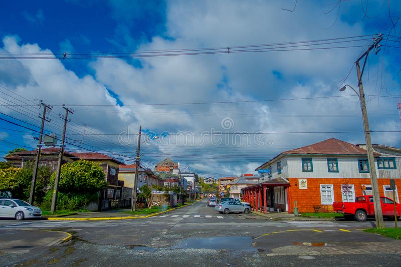 PUERTO VARAS,智利, 2018年9月, 23日:汽车室外看法在街道的房屋建设前面停放了  免版税图库摄影
