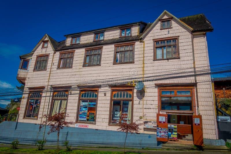 PUERTO VARAS,智利, 2018年9月, 23日:老木房屋建设室外看法在华美的蓝天背景中 免版税图库摄影