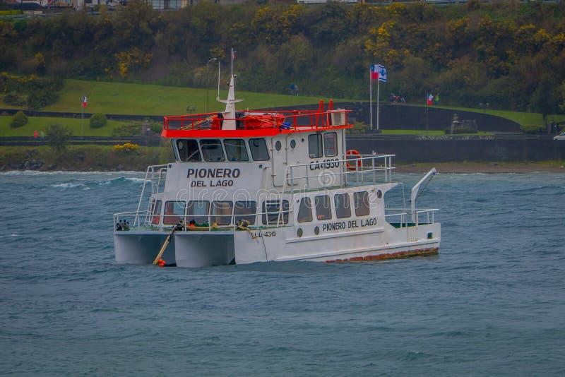 PUERTO VARAS, CHILI, 23 SEPTEMBER, 2018: Openluchtmening van boot in Llanquihue in Puerto Varas en kustlijn in stock afbeelding