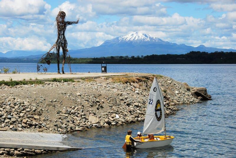 Puerto Varas, lago Llanquihue y Vulcano coronado de nieve Mt Calbuco, Chile fotografía de archivo libre de regalías