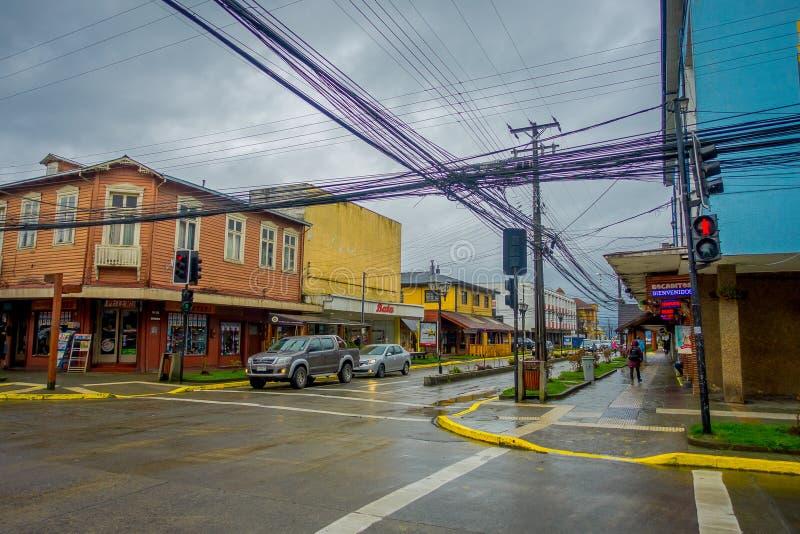 PUERTO VARAS, O CHILE, SETEMBRO, 23, 2018: Cidade de Puerto Varas com alguns carros que circulam nas ruas perto de imagem de stock royalty free
