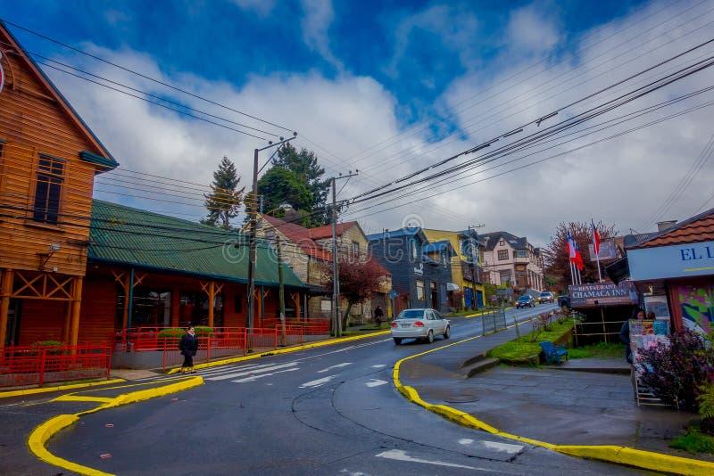 PUERTO VARAS, O CHILE, SETEMBRO, 23, 2018: Cidade de Puerto Varas com alguns carros que circulam nas ruas perto de foto de stock royalty free