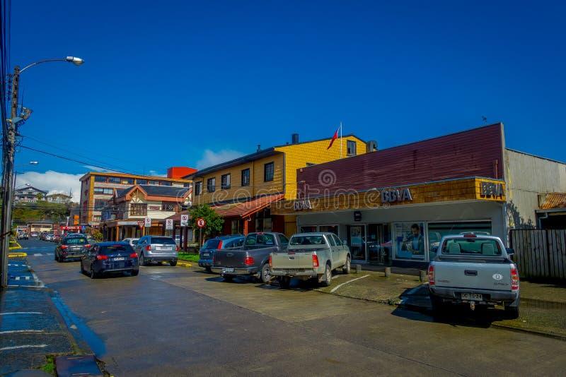 PUERTO VARAS, O CHILE, SETEMBRO, 23, 2018: Os carros estacionaram na frente das construções de casa nas ruas da cidade em Puerto  imagens de stock royalty free