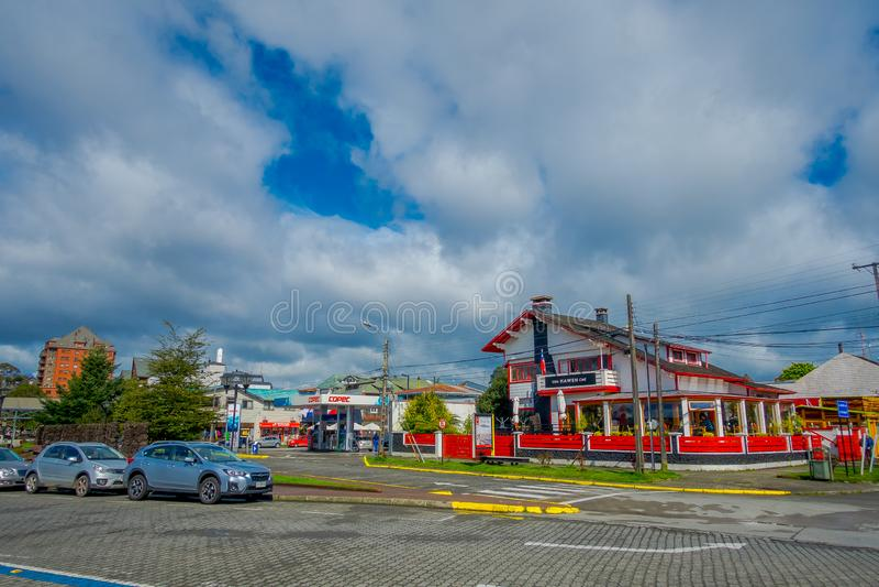 PUERTO VARAS, O CHILE, SETEMBRO, 23, 2018: A vista dos carros estacionou na frente das construções de casa nas ruas da cidade em fotos de stock royalty free