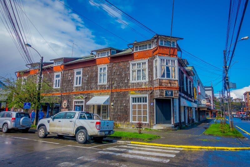 PUERTO VARAS, O CHILE, SETEMBRO, 23, 2018: A vista dos carros estacionou na frente das construções de casa nas ruas da cidade em imagens de stock royalty free