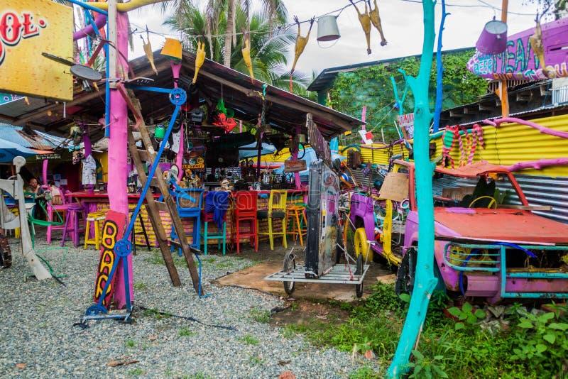 PUERTO VIEJO DE塔拉曼卡,哥斯达黎加- 5月16:五颜六色的澳洲内地杰克的澳大利亚海滩酒吧格栅看法在Puerto 库存图片