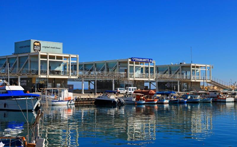 Puerto viejo de Limassol con los restaurantes y los yates modernos, Chipre fotografía de archivo