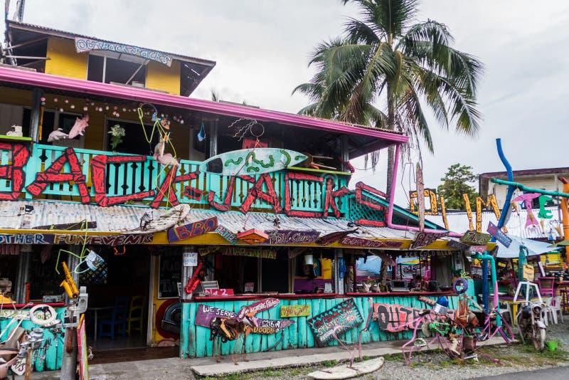 PUERTO VIEJO DE TALAMANCA, COSTA RICA - 16 MAI : Vue de gril australien de barre de la plage de Jack coloré d'intérieur dans Puer photo stock