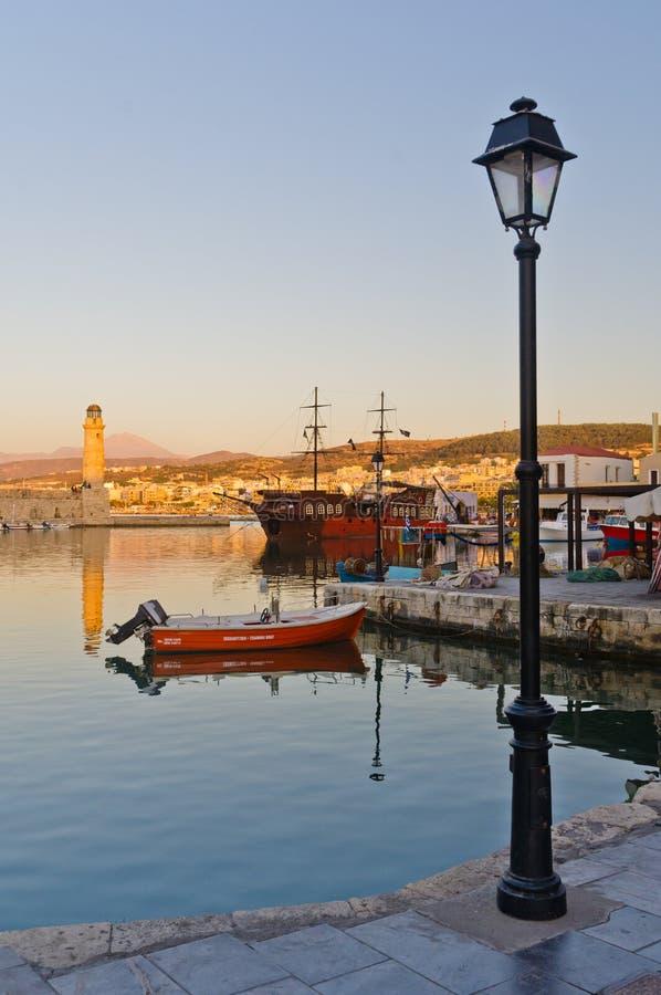 Puerto viejo en la tarde, isla de Rethymno de Creta fotografía de archivo libre de regalías