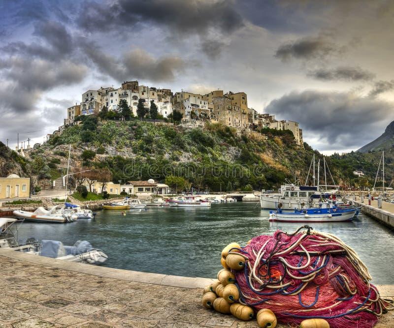 Puerto viejo italiano del pueblo pesquero de Sperlonga fotografía de archivo