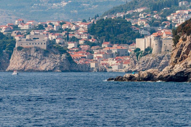 Puerto viejo y ciudad vieja fortificada en Dubrovnik, Dalmacia, Croacia Visi?n desde la isla de Lokrum foto de archivo