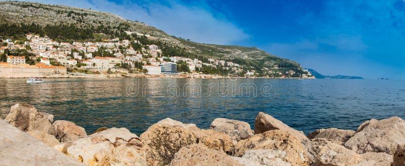 Puerto viejo y fortalecimientos de la ciudad de Dubrovnik vistos de Porporela foto de archivo libre de regalías