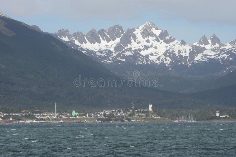 Puerto Williams é uma cidade e um porto chilenos pequenos na ilha de Navarino à costa do passo do canal do lebreiro fotografia de stock royalty free