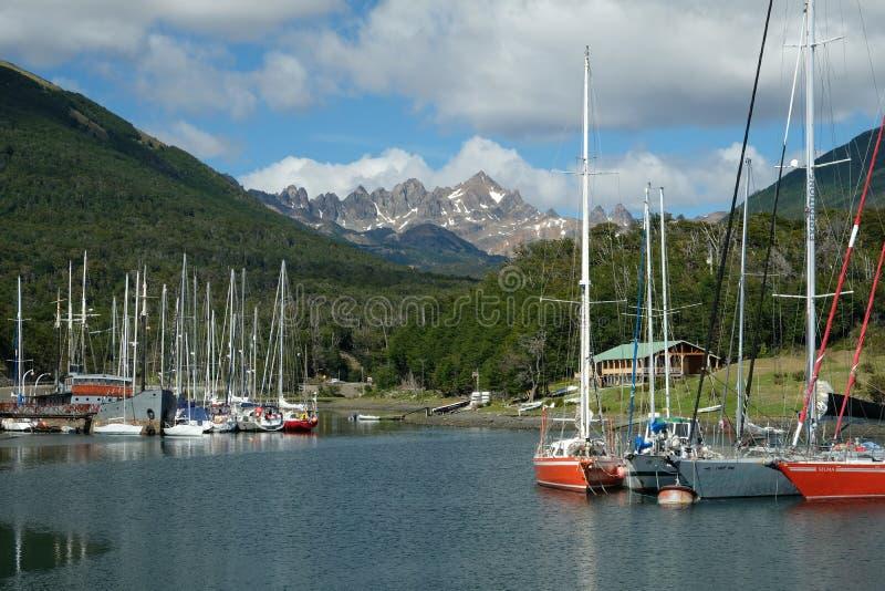 Puerto Williams, scherpe bergen over kleurrijke zeilboten royalty-vrije stock afbeelding