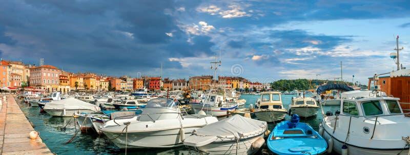 Puerto y puerto deportivo de la ciudad de Rovinj. Istria, Croacia imagen de archivo libre de regalías