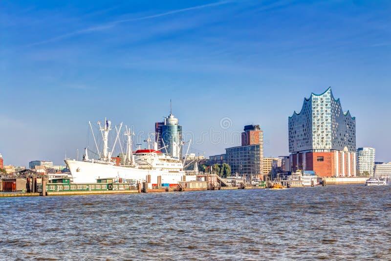 Puerto y Elbphilharmonie en Hamburgo imagen de archivo