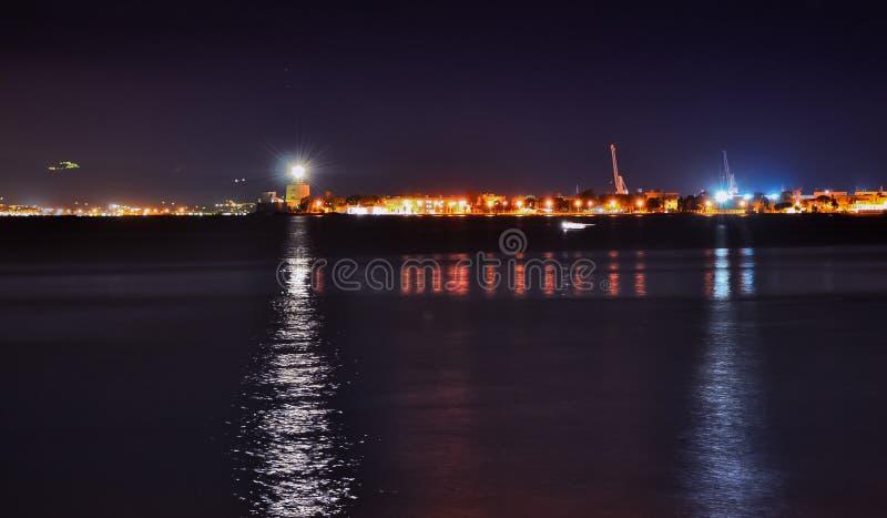 Puerto y faro de Messina en la noche fotografía de archivo libre de regalías