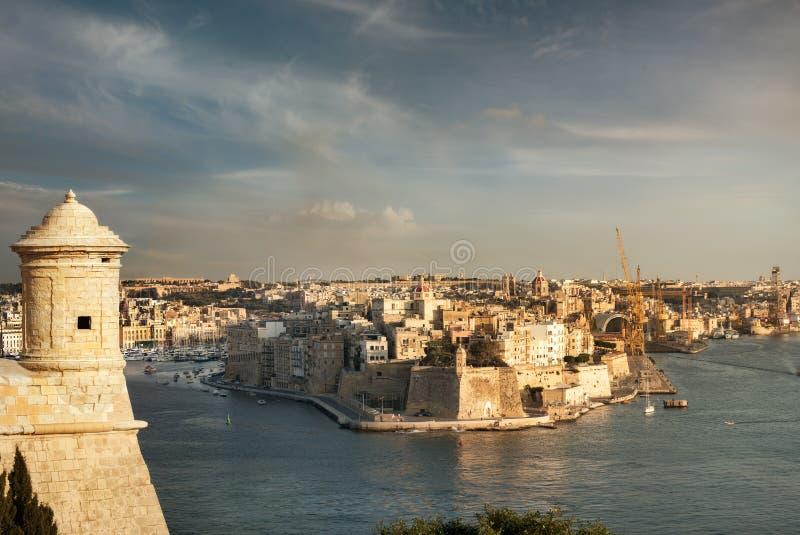 Puerto y fuerte magníficos valletta malta imagen de archivo