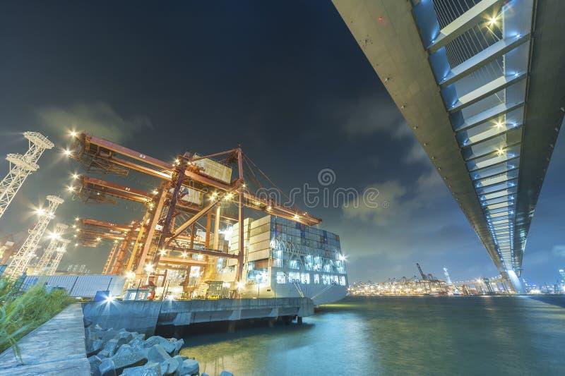 Puerto y puente del cargo imagenes de archivo
