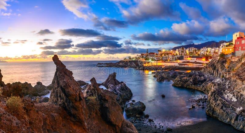 Puertode Santiago stad, Tenerife, Canarische Eilanden, Spanje: Beautif royalty-vrije stock foto's