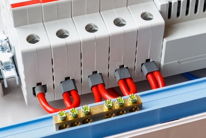 Puertos automáticos de los disyuntores conectados por el primer rojo de los alambres fotos de archivo libres de regalías