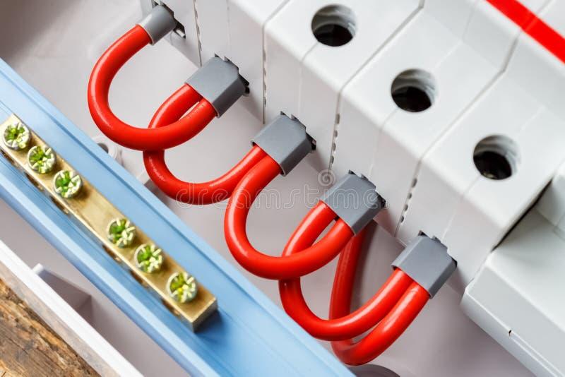 Puertos de disyuntores automáticos conectados por el primer rojo de los alambres imagen de archivo libre de regalías