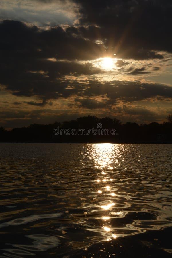 Puesta de sol en Belgrado en el lago Ada imagenes de archivo