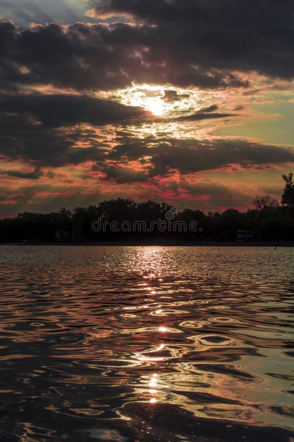 Puesta de sol en Belgrado en el lago Ada foto de archivo