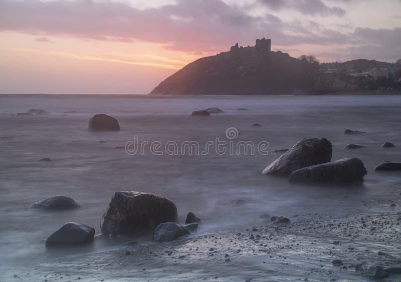 Puesta de sol en el castillo Criccieth imágenes de archivo libres de regalías