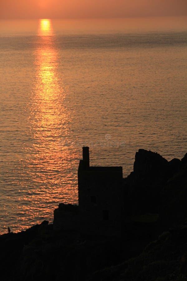 Puesta de sol sobre Botallack, Cornwall, Reino Unido fotos de archivo libres de regalías