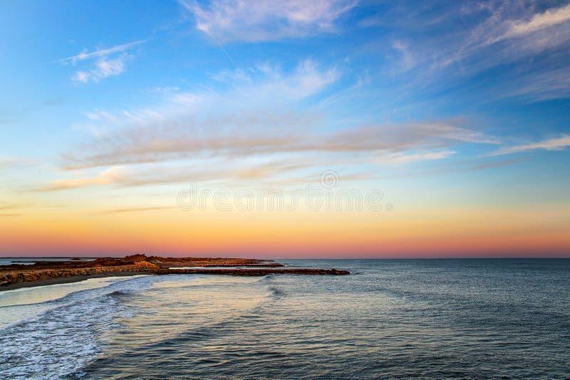 Puesta de sol sobre el mar Mediterráneo, cerca de Aigues Mortes en Gard, sur de Francia imagen de archivo