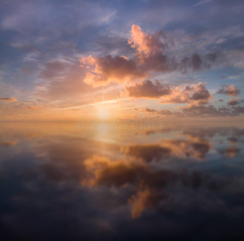 Puesta de sol tranquila reflejada, Arenas de Perran, Cornwall norte fotografía de archivo