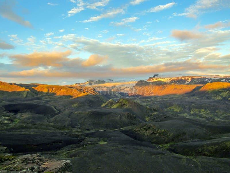 Puesta del sol épica con y paisaje de Myrdalsjokull, caldera de Katla, Botnar-Ermstur, rastro de Laugavegur, Islandia meridional fotos de archivo