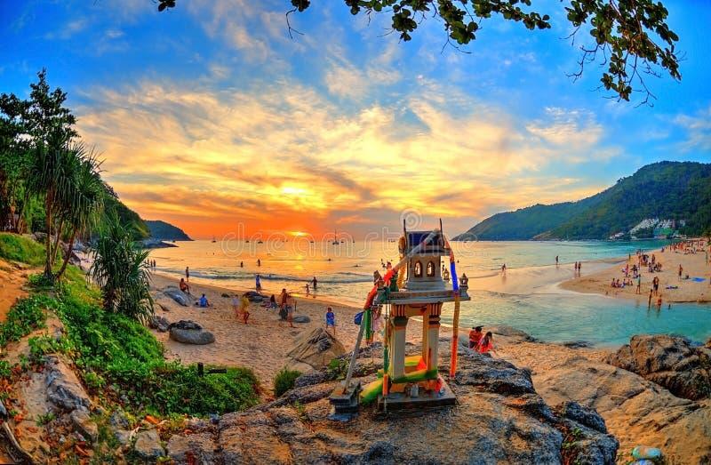 Puesta del sol épica de la playa con el templo de Buda fotos de archivo libres de regalías
