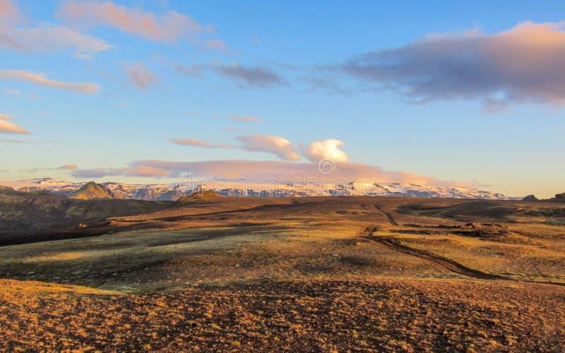 Puesta del sol épica sobre el paisaje de Eyjafjallajokull y de Myrdalsjokull, caldera de Katla, Botnar-Ermstur, rastro de Laugave imagenes de archivo