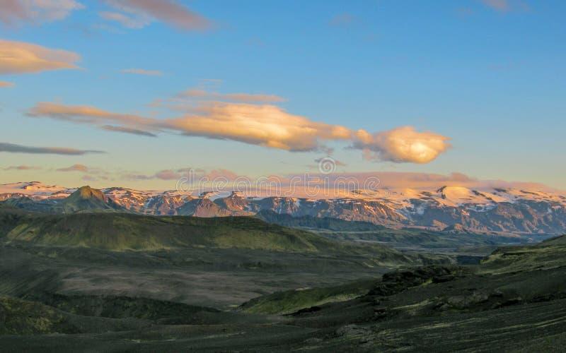 Puesta del sol épica sobre el paisaje de Eyjafjallajokull y de Myrdalsjokull, caldera de Katla, Botnar-Ermstur, rastro de Laugave fotografía de archivo libre de regalías