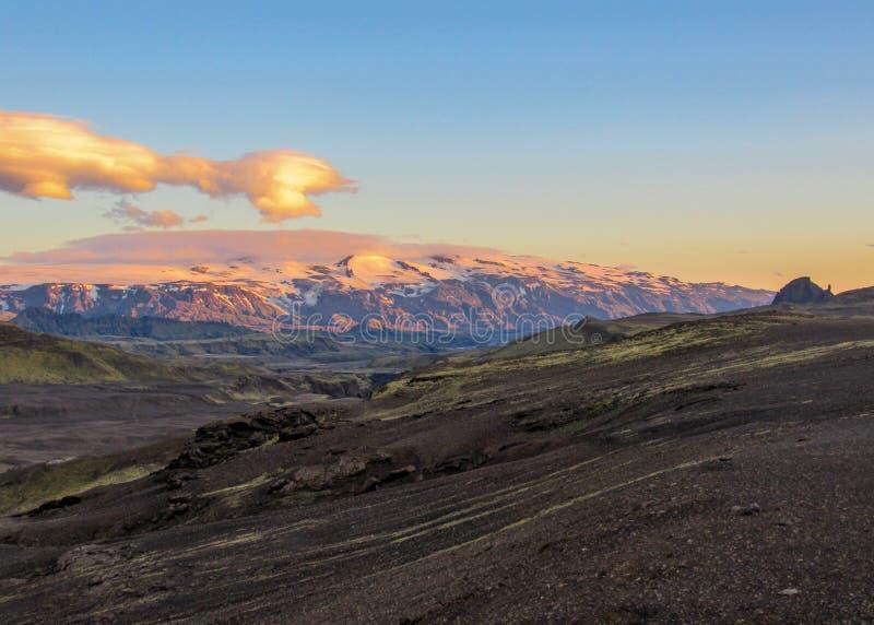 Puesta del sol épica sobre el paisaje de Eyjafjallajokull y de Myrdalsjokull, caldera de Katla, Botnar-Ermstur, rastro de Laugave fotos de archivo
