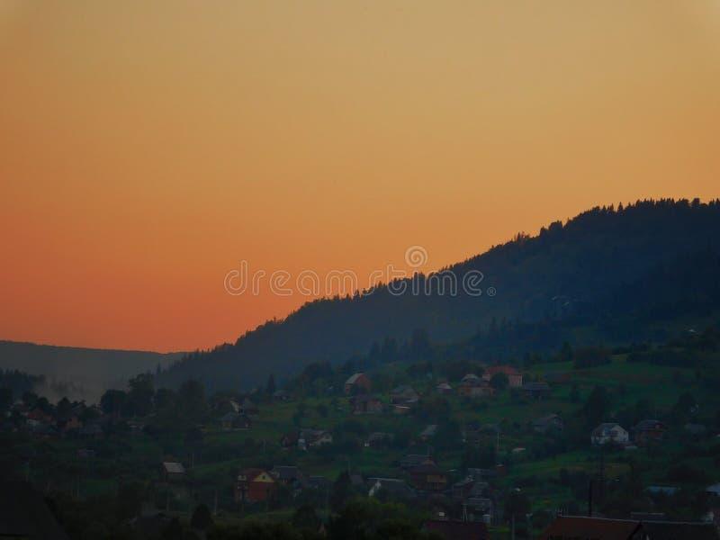 Puesta del sol Ñ-n las montañas fotos de archivo libres de regalías