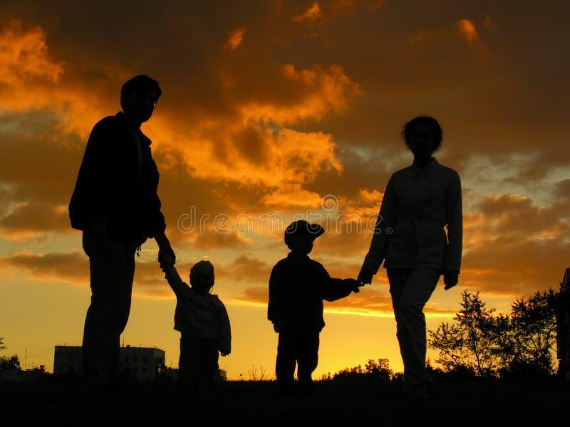 Puesta del sol 2 de la familia de cuatro miembros fotos de archivo