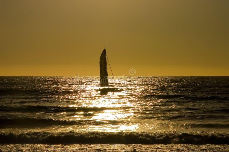 Puesta del sol 4 del barco de vela imagen de archivo libre de regalías