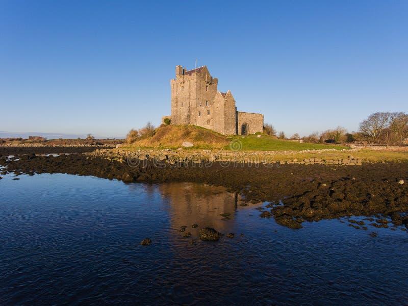 Puesta del sol aérea de la tarde del castillo de Dunguaire, cerca de Kinvarra en el condado Galway, Irlanda - ruta atlántica salv fotografía de archivo