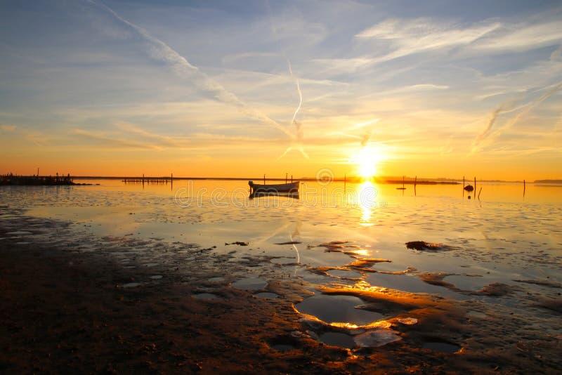 Puesta del sol absolutamente hermosa en la playa imagen de archivo