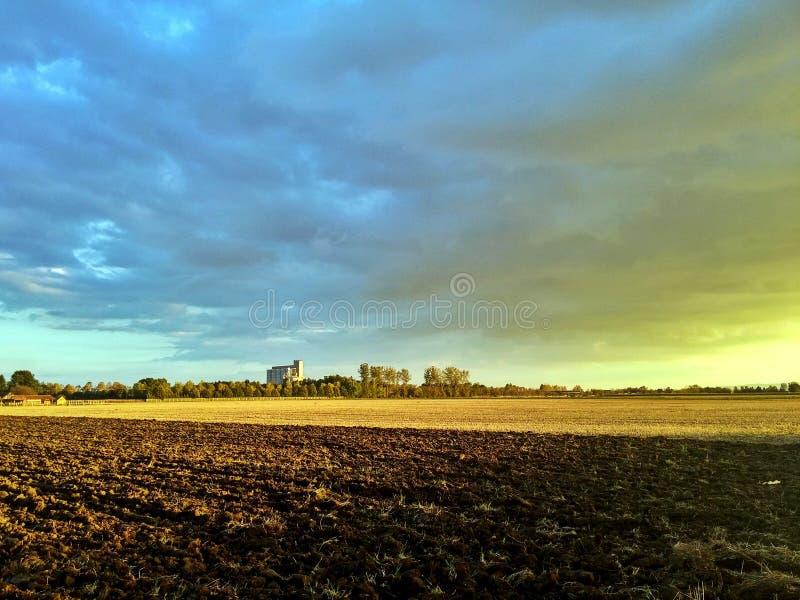 Puesta del sol agrícola de los campos de la caída del otoño imágenes de archivo libres de regalías